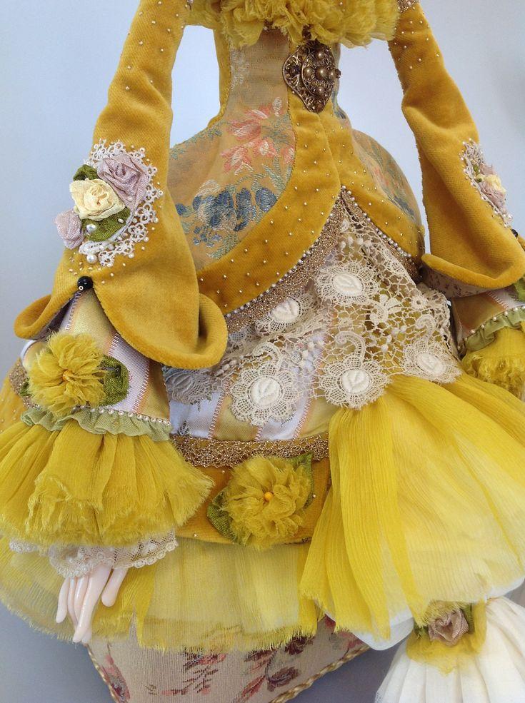 Кукла так называемая Будуарная, без каркаса. Внутри музыкальный механизм с ключиком. Размер сидя 65 сантиметров. Материал Puppen Fimo, текстиль- бархат,батист,старинный…