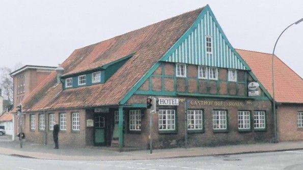 """Hotel """"Drei Kronen"""" - Die Besitzer des Hauses, Claus und Wiebke Tiedemann, ließen am 28. Mai 1752 in einen Stützbalken eine Inschrift schnitzen als Dank dafür, dass ihr Haus beim großen Brand 1750 verschont geblieben war. Die Schrift gilt als das Gründungsdatum von """"Drei Kronen"""", obwohl das Haus demnach älter sein müsste."""