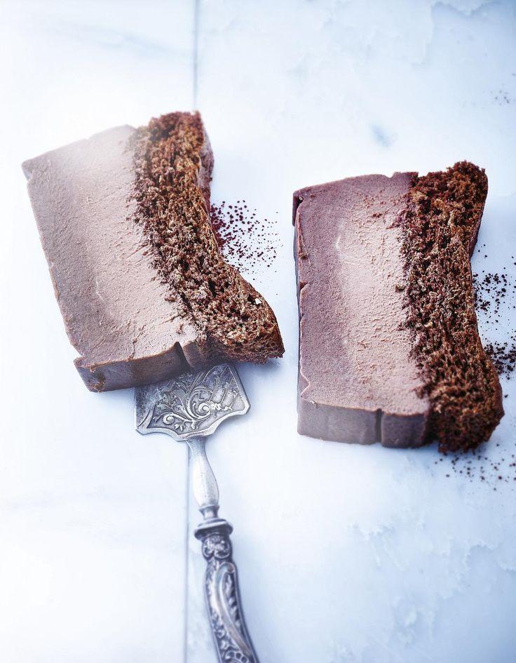 Recette Gâteau magique au chocolat : Préparation : 20 mn > Cuisson : 1 h > Repos : 3 h Préchauffez le four sur th. 5/150°, sur chaleur tournante. Beurrez légèrement un moule à cake (la préparation étant très liquide, assurez-vous au préalable de l'étanchéité du moule) et tapissez-le ...