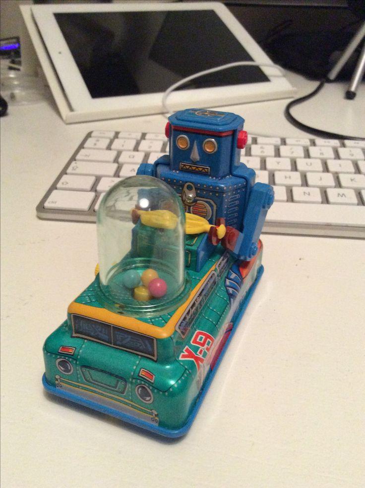 Curtis Robot har sin egen robotbil og er opkaldt efter Curtis Mayfield. Curtis er lidt Superfly.