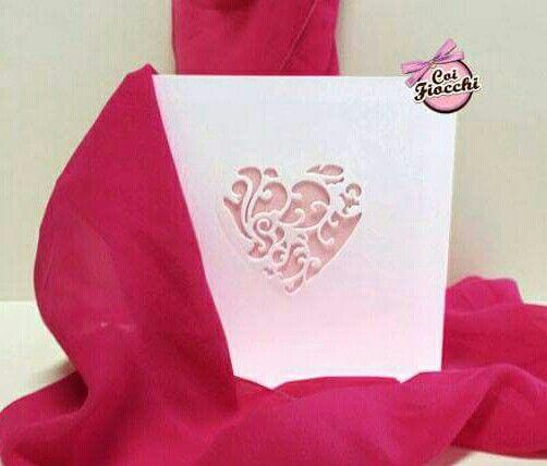 Elegante partecipazione di nozze con cuore decorato. Perfetta per spose romantiche che vedono la vita tutta bianca&rosa :-)