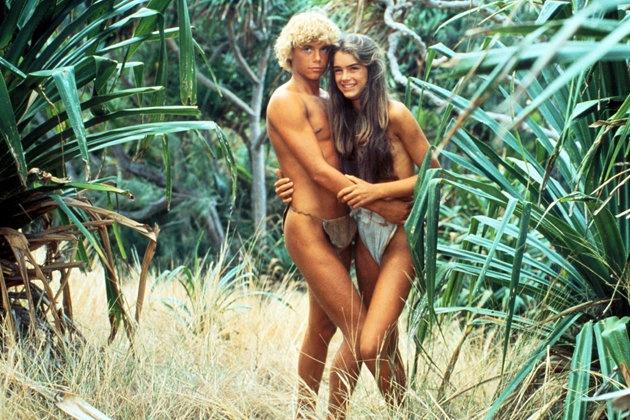 """Was wurde aus… """"Die blaue Lagune""""?  1980 strandeten Emmeline und Richard auf einem einsamen Eiland und tollten seeehr leicht bekleidet durch """"Die blaue Lagune"""". Was dann folgte? Liebe, Sex und Zärtlichkeit vor Traumkulisse. Die heiße Robinson-Crusoe-Version lockte Millionen in die Kinosäle und machte die beiden Hauptdarsteller zu Stars — allen voran die blutjunge Brooke Shields. Aber was treiben die einstigen Insel-Nackedeis heute?"""