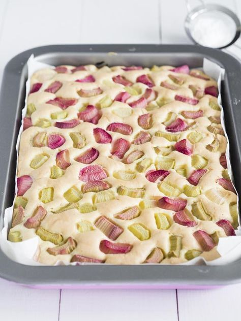 Puszyste, lekkie i delikatne ciasto z rabarbarem, zasmakuje dorosłym i dzieciom. W dodatku bardzo proste i szybkie. Idealne na majówkę.