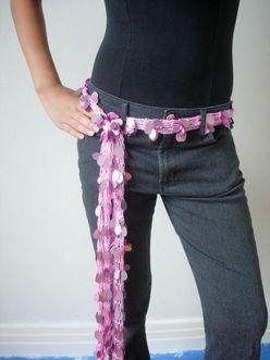 Een sjaal kan ook als riem gebruikt worden. Sjaal als topje of bikini. Een sjaaltje knopen als Grace Kelly. Sjaaltjes, groot en klein, kunnen altijd handig ...