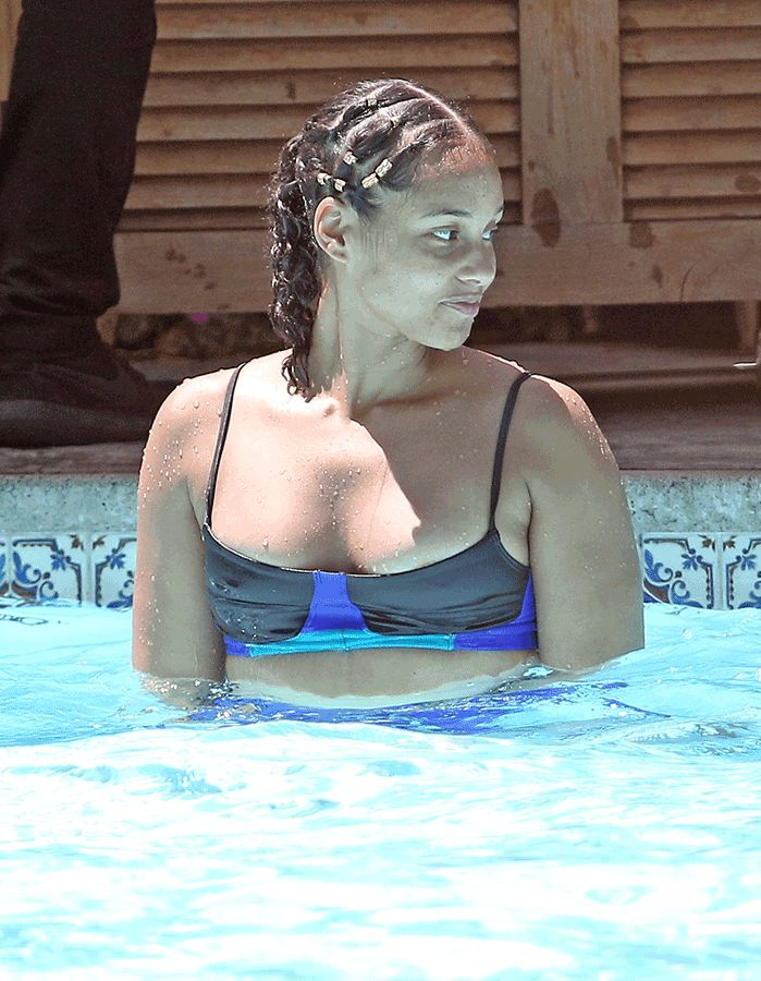 Alicia Keys was spotted playing with her boys in the pool. The 36-year-old singer was all smiles as she soaks up the sun with her little ones. She ditched the makeup over a year ago… and now Alicia is ditching her judging/hosting gig at The Voice. She's announced that she won't be returning alongside Miley …