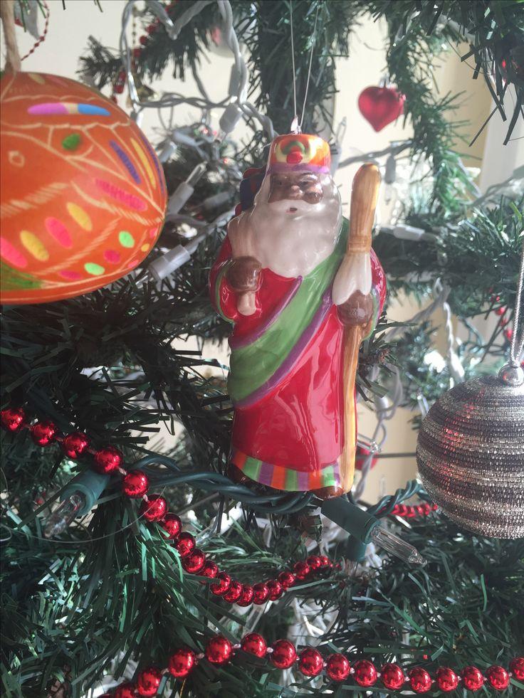 Tenho muito amor pelo meu Papai Noel negro.Por um mundo que a gente tenha na árvore um papai noel asiático,árabe,gay,enfim só loiro não vale! 🎅🏽🎅🏼🎅🎅🏿