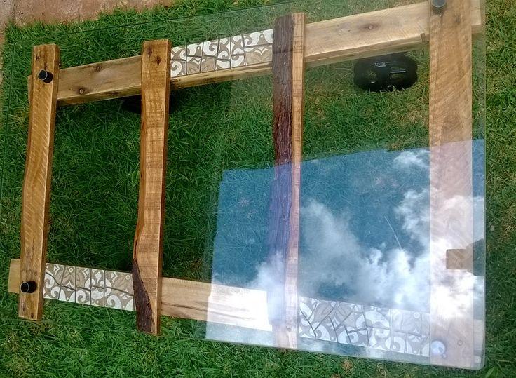 Mesa Mosaico Escada Reciclada Madeira Rústica Tampo de Vidro PEÇA EXCLUSIVA Mesa rústica de  escada reciclada com mosaico de cerâmica, tampo de vidro e pés de roldana (36cm altura x 1m comprimento x 63cm largura e 67cm na outra extremidade aprox) Valor: R$ 710,00 (retirar no local) COMPRE AQUI: http://produto.mercadolivre.com.br/MLB-837280083-mesa-mosaico-escada-reciclada-madeira-rustica-tampo-de-vidro-_JM