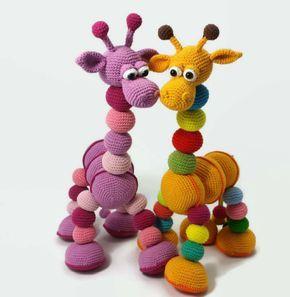 Tænk sig at denne skønne og skøre giraf kom med på dansk! Jeg glæder mig til at se alle jeres billeder med giraffen i alverdens farver :)