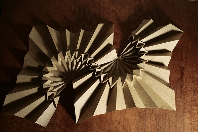 S-curve pleat fold. (it looks like he cut the paper.. too bad) #origami #sculpture
