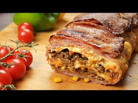 Han lägger bacon i en form och fyller med tortilla och köttfärs! Resultatet är fantastiskt!