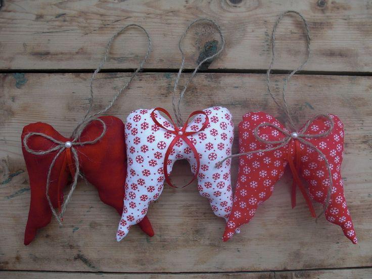 Weihnachtliche Flügel in rot und weiß