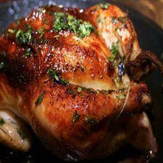 GALINHA CHEIA INGREDIENTES 1 galinha (ou frango) de aproximadamente 3 quilos Salsinha e cebolinha picadas 4 dentes de alho espremidos 3 cebolas em fatias 1 copo de vinho branco Folhas de manjericão 2 folhas de louro 1 tomate picado Sal a gosto Limpar e lavar bem a galinha. Colocar inteira na vinha-d'alhos (os ingredientes restantes)…