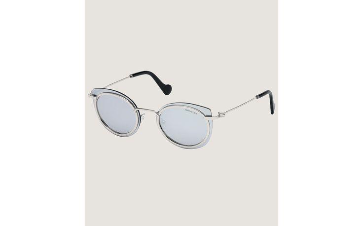 Depuis 1952, Moncler signe des collections qui mêlent design unique, haute performance et soucis du détail, propres à l'excellence du made in Italy. Des critères que l'on retrouve dans la nouvelle ligne de lunettes solaires et de vue d'esprit rétro.