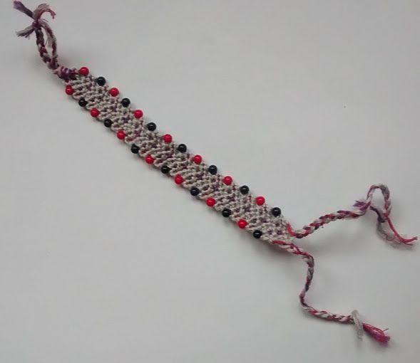Ręcznie robiona bransoletka przyjaźni. Technika supełkowa z wplecionymi koralikami, długość 12,5 cm (liczone bez wiązań), szerokość 1 cm.