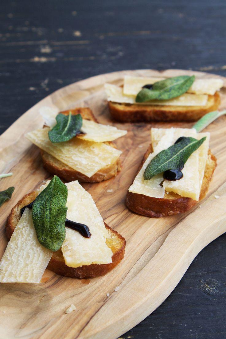 Crostini with parmesan and sage // Crostini med parmesan og salvie