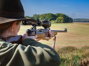 Jägerin mit Gewehr