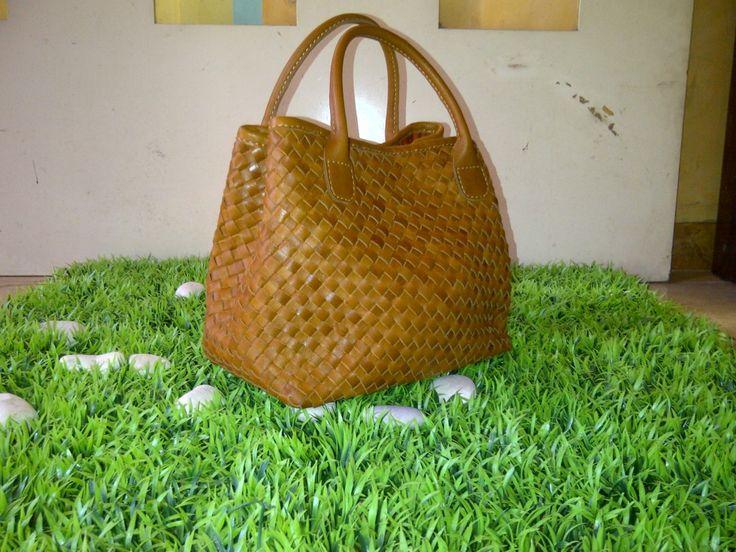 Setiap orang yang membawa tas kulit harus mempertimbangkan sebuah tas kulit berkualitas bagus. Anggap saja investasi untuk penampilan Anda.