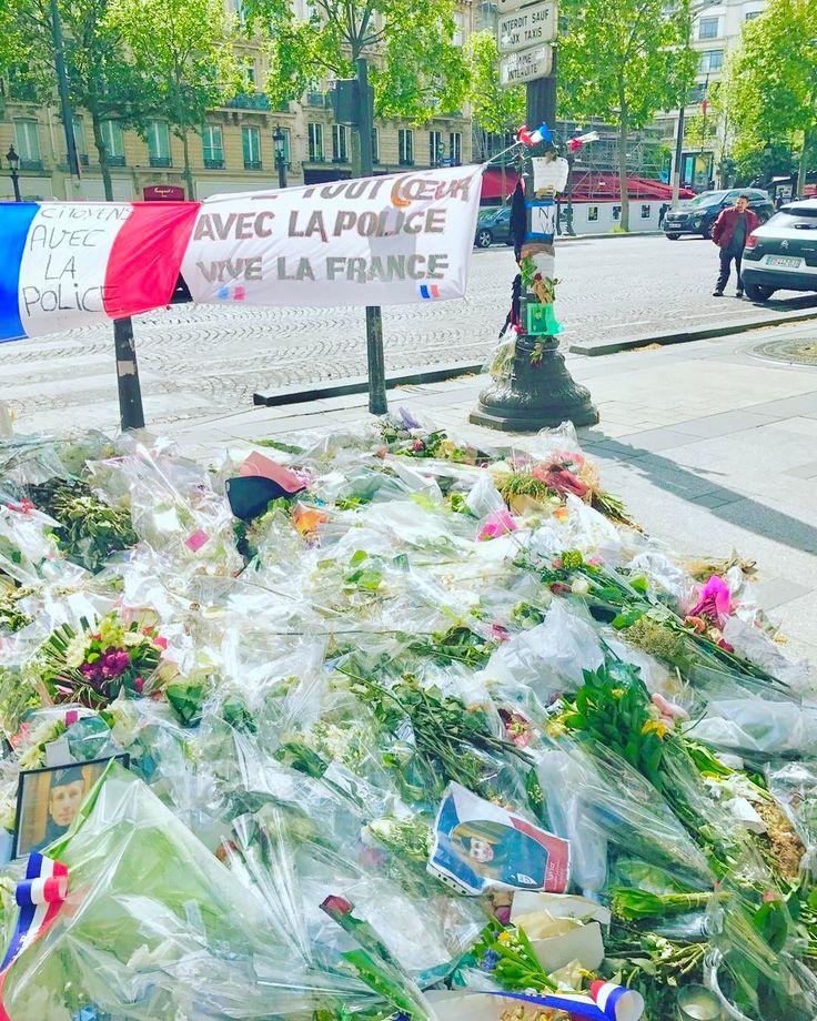 彼がパリから送ってくれた写真見て涙出そうになった������ 報道よりもこういう写真の方がリアルさが伝わってくるよね。 I do pray for Paris. And people's peace of mind. #パリ #paris #france #���� #Pray #prayforparis #photo #photography http://tipsrazzi.com/ipost/1509285945793562427/?code=BTyD5I3g8c7