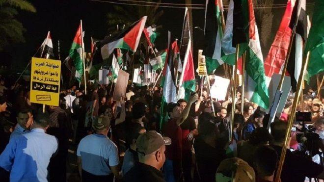 محتجون ينزعون علم البحرين من سفارتها في بغداد احتجاجا على مؤتمر ترامب للسلام ترامب احتجاجات إسرائيل فلسطين العراق Www Alayyam Fun Slide Fun Fair Grounds