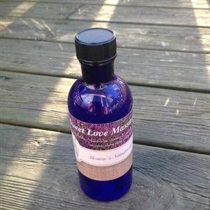 En nydelig massasjeolje med forførende og sensuell duft, basert på 100% rene eteriske oljer som alle er kjent for sine afrodisiske egenskaper.