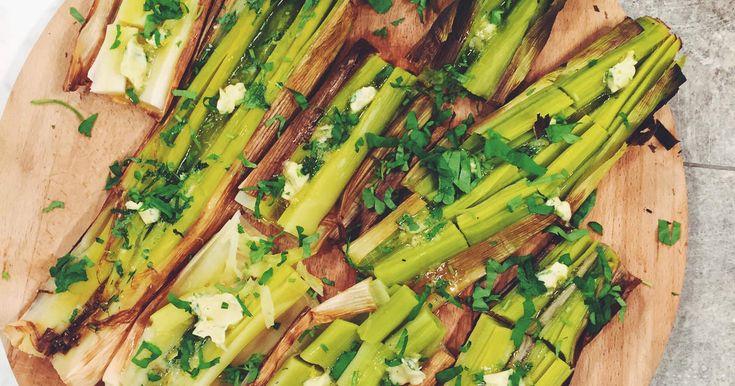 Ugnsbakad purjolök är en otroligt enkel och god grönsaksrätt! Servera som en förrätt eller ett lyxigt tillbehör till fisk eller kött.