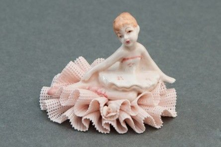 Gracious sitting Dame in polished Capodimonte porcelain marvelously decorated with lace dress with central rose. www.apoggi.com     Dimensions cm. 6x8