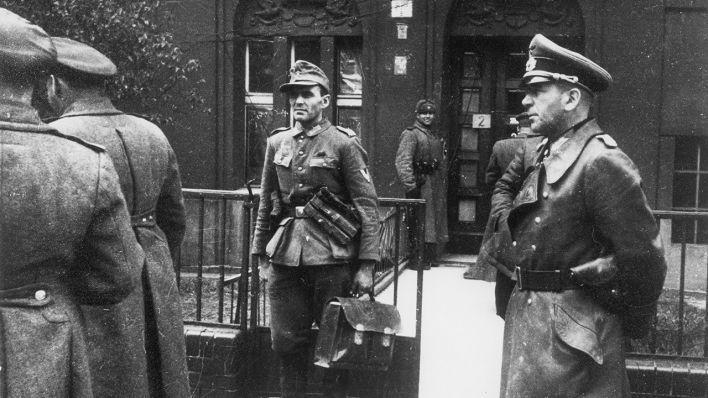 Die deutsche Delegation unter Generalleutnant Hans Krebs (re.) vor dem Haus Schulenburgring