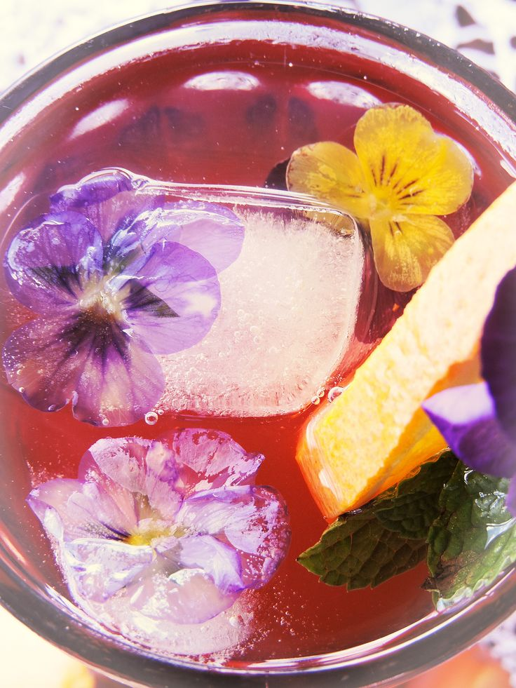 Iced tea with viola ice cubes #viola #pansy #icecubes #peach #iced #tea