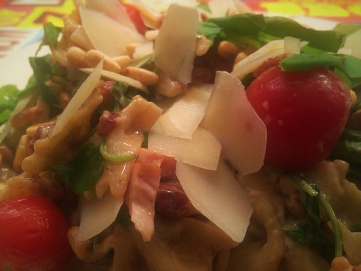 Lauwwarme pastasalade met kerstomaatjes en gerookte kipfilet   Ingrediënten 300 g penne of andere pasta olijfolie 3 teentjes knoflook, fijngehakt 100 g pancetta (of ontbijtspek) 1 kuipje Boursin Cuisine Light 1 bakje kerstomaatjes, gehalveerd 3 eetlepels pijnboompitten 400 g gerookte kipfilet, in blokjes of plakjes 1 rode ui, fijngesnipperd 3 eetlepels aceto balsamico 75 g rucola verse basilicum, in stukjes gescheurd Parmezaanse kaas   Bereiding: Kook de penne in ruim kokend water 'al dente'…