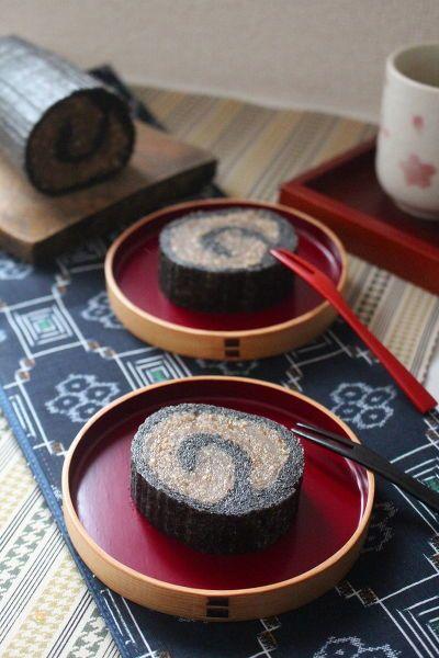 秋田の郷土菓子『ごま餅』。  アンテナショップで一番人気になるほどファンが多いです。  とにかく、ごまたっぷりでもっちり!  本来は手間のかかるお菓子ですが、電子レンジで作れるようにご紹介します。