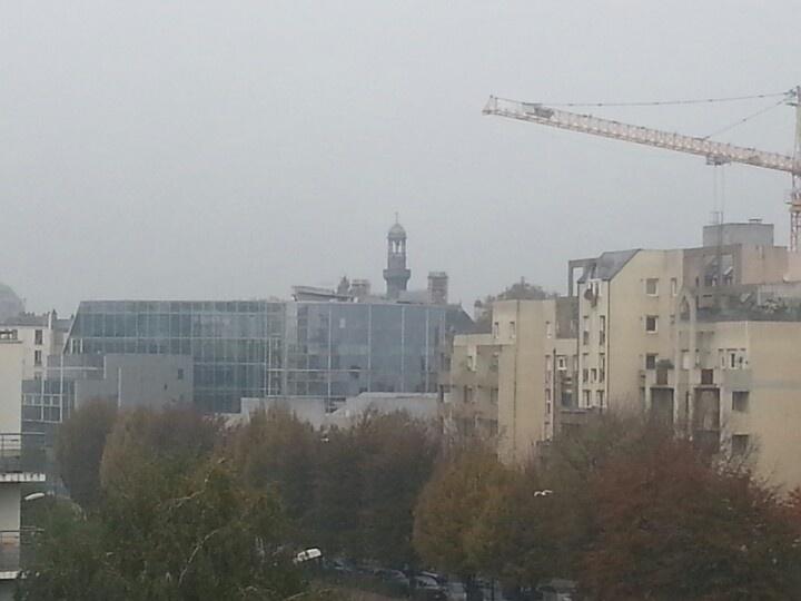 Trop de brouillard, on ne voit même plus la tour d'Aubervilliers derrière la mairie de Pantin
