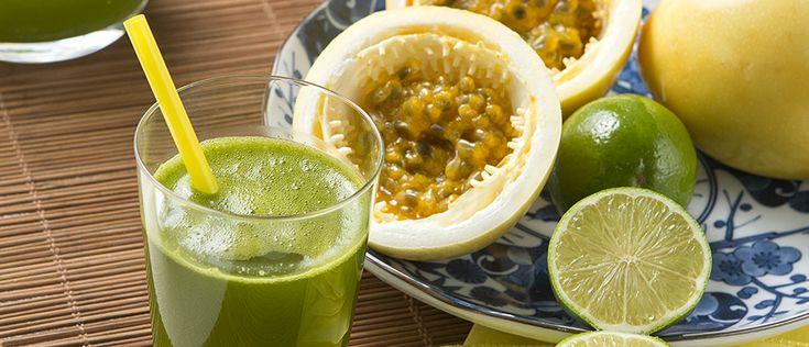 Suco verde emagrecedor com maracujá Ingredientes: 200 ml de água 1 folha de couve manteiga Suco de um maracujá Suco de um limão 1 sachê de adoçante Veja mais em: http://www.aguanaboca.org/receita/suco-verde-emagrecedor-com-maracuja/