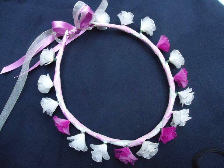 Coroncina fatta a mano con roselline bianche e fucsia in filanca setata, raso e tulle per cerimonie e occorrenze speciali