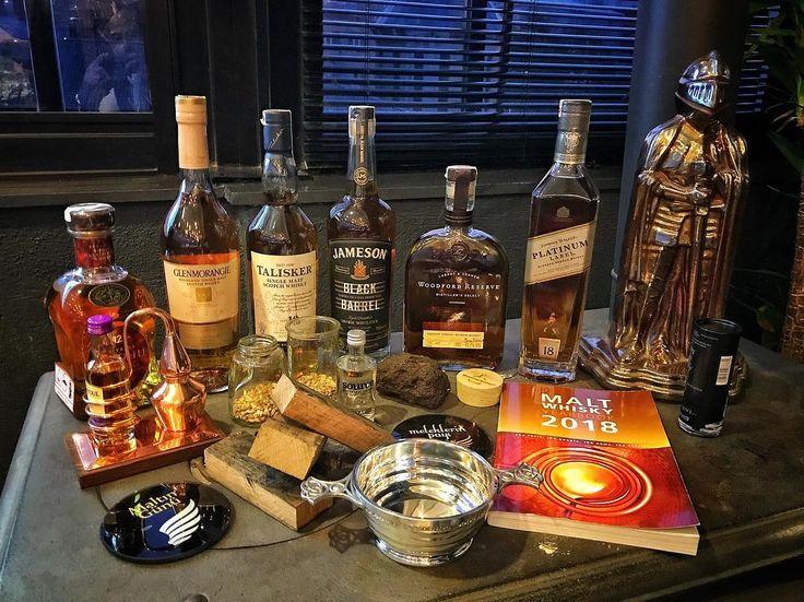 """Dün gece @nerdeicek organizasyonu ile gerçekleştirdiğim #Viski101 etkinliğinde viski tutkunu harika dostlarla dünyada bir viski yolculuğuna çıktık Klasik bir Speyside aperatif single malt viskisi olan Cardhu 12 ile başladık ve önce viski üretim sürecinden bahsettik. Sauternes şarap fıçılarında bitiş verilen Glenmorangie Nectar D'Or farklı fıçıların viskinin tadına etkilerini konuşmak için harika bir seçim oldu. Aradan önceki son viskimiz """"nev-i şahsına münhasır"""" ada viskisi Talisker 10 du…"""