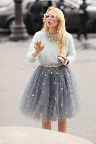 Weißer flauschiger Pullover mit Rundhalsausschnitt, Grauer Ausgestellter Rock aus Tüll, Silberne Clutch, Weiße verzierte Sonnenbrille für Damen