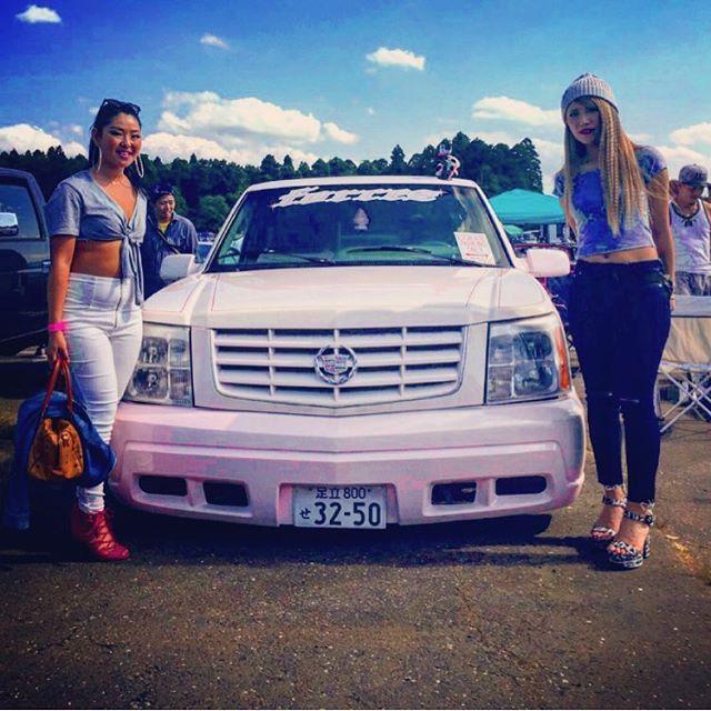 mopona🇺🇸🇺🇸💙💙💙💙 .. さやちゃんの好きなPINK×CADILLAC ESCALADE EXTの前で👩🏾💙👩🏼 私が好きな63.64impalaの前でも撮っておけば良かったなん😊💭💭 #モポナ#mopona#mopona2017#キャデラック#エスカレードext#cadillac#escalade#pink#アメ車#腹#寸胴#くびれ無し#肉#🇺🇸#こもれび森のイバライド#photo#最高な休日#sunday