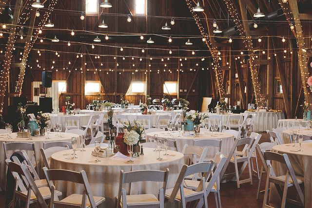 Um evento pode ser rodeado de sutileza e glamour sem custos exacerbados. Veja este jantar decorado com luzes. Um efeito surpreendente !
