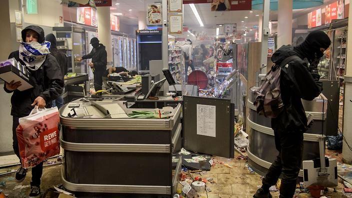 Protesters against the G20 Summit plunder and destroy a Rewe supermarket in the Schanzenviertel district on July 7, 2017 in Hamburg (Getty)
