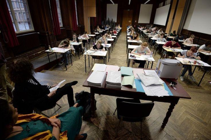 Les sujets d'une épreuve de bac de physique-chimie et de SVT de Terminale S ont-ils fuité quelques jours avant les examens? Fin mai, plusieurs messages apparaissent sur des groupes de révisions et des forums fréquentés par des lycéens, redirigeant vers une page Facebook qui propose de fournir aux élèves leur sujet d'E.C.E (évaluation des compétences expérimentales), une épreuve de physique-chimie et SVT comptant pour quatre points, ainsi que leur ...