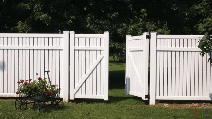 Элегантный белый забор вокруг участка