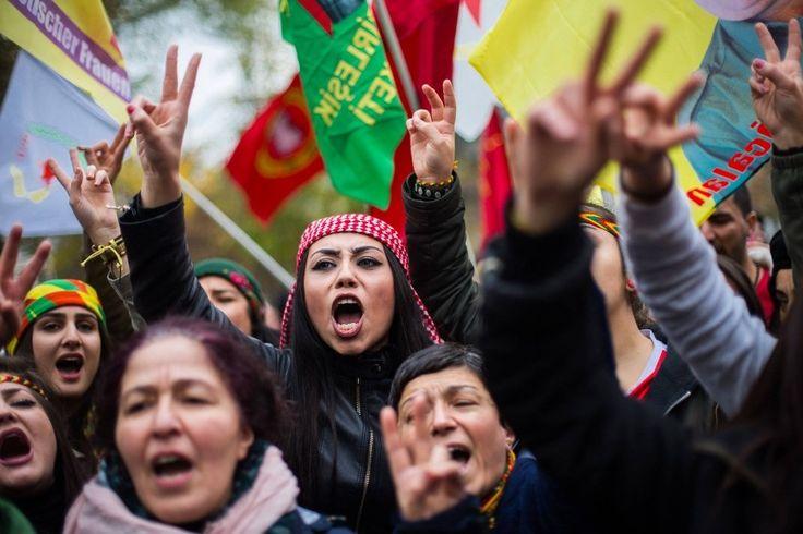 In Köln haben rund 7000 Kurden gegen die Festnahmen prokurdischer Politiker und Journalisten demonstriert. In der Türkei löste die Polizei unterdessen Proteste mit Tränengas und Wasserwerfern aus.
