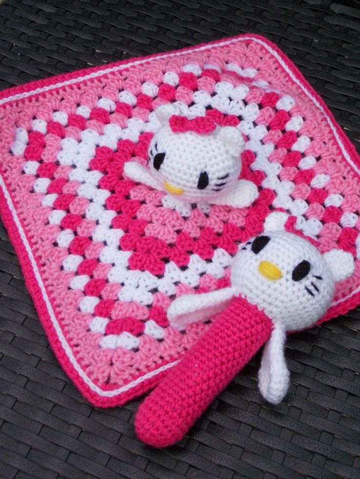 Knuffeldoekje en rammelaar Hello Kitty ~ LINK CORRECT and pattern is FREE when I checked on 04/06/2015.