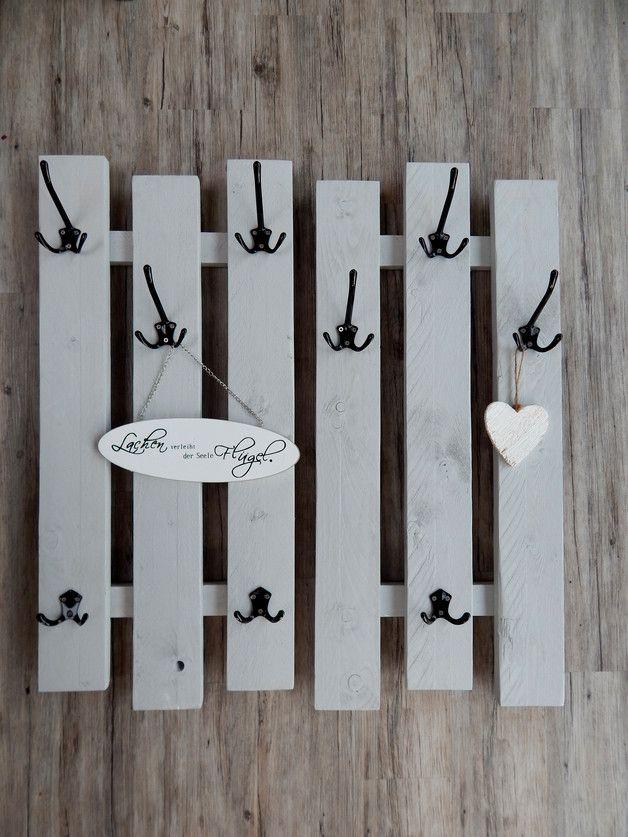 2 variable Garderoben mit je 3 breiten grauen Brettern und 3 großen, schwarzen oder wahlweise weiße oder silberne Aluhaken, welche jeweils 3 Aufhänger haben sowie 2 kleineren Aluhaken, schwarz mit...