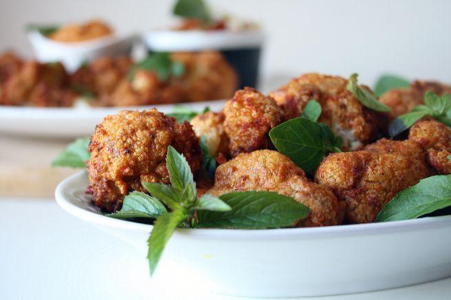 Wegański grill: pieczony kalafior z masłem orzechowym i papryką oraz sos z pieczonego bakłażana i papryk