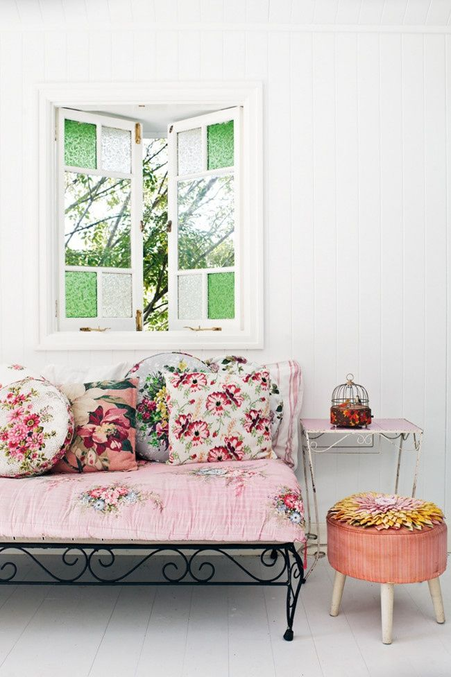Summer home inspiration: Floral Prints, Country Cottages, Shabby Chic, Design Interiors, Vintage Fabrics, Vintage Floral, Floral Bedrooms, Floral Cushions, Summer Houses