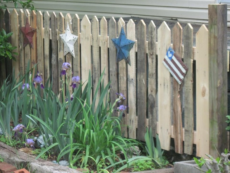 Love this fence and the way it's decorated ... albeit American but could be adapted for Aussies (or keep stars but not flag).