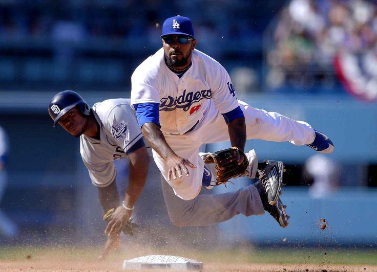 Howie Kendrick des Dodgers de Los Angeles bolige Justin Upton des Padres de San Diego à sortir de la second base, le 6 avril.