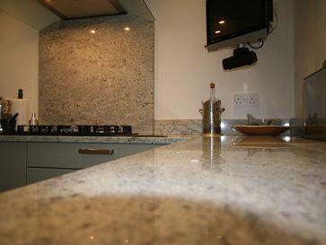 Granitplatten sind in vielen Variationen, sowohl für den Innen- als auch den Außenbereich, erhältlich.   http://www.kunststein.net/naturstein/granitplatten-haltbare-granitplatten