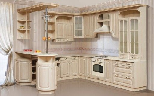 О чувстве стиля владельца дома скажет кухонный гарнитур с изящной барной стойкой в классическом стиле