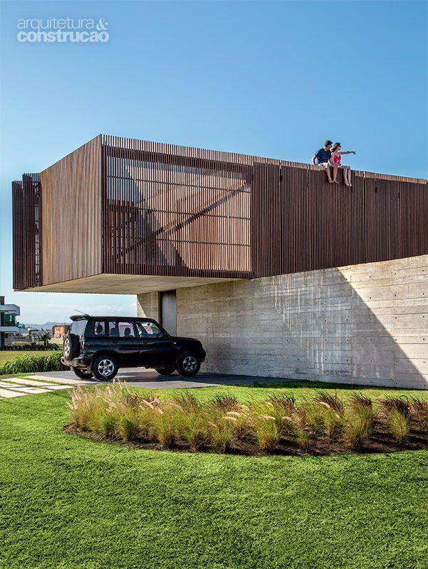 Casa no litoral gaúcho tem brise de madeira e concreto aparente - Casa